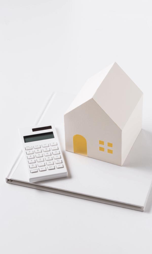 イメージ画像(家の模型と電卓)
